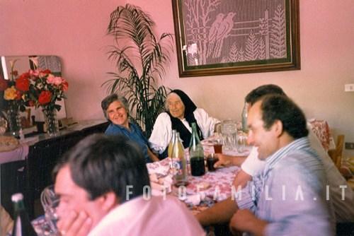 1988 adelina fusco e concetta ciorra a tavola con amici e parenti scheda id il0000002639 - A tavola con amici ...