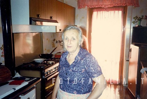 1986 maria alberti in posa nella sua cucina scheda id for Posa alzatina cucina