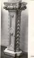pilastro:motivi decorativi a losanghe, foglie e protomi umane