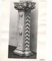 pilastro: motivi decorativi a losanghe, foglie e protomi umane